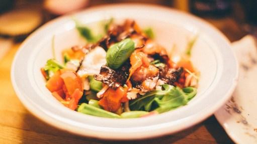 Salat med grilla paprika, bacon, sukkererter, tomat, mozarella, løk og basilikum. Foto: Mattis Folkestad, NRK P3.