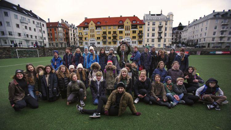 Elever fra Nordnes skole og Razika stiller opp på et ordentlig lagbilde på Møhlenpris idrettsplass. Foto: Li-Lian Ahlskog Hou, NRK P3
