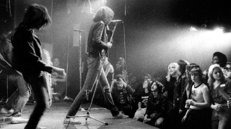 Johnny og Joey Ramone avbildet under en opptreden på klubben CBGB's i New York i 1977.  Foto: NTB Scanpix, AP Photo, Godlis