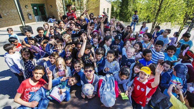 Ekte squad. Don Martin og resten av gjengen på Tiurleiken skole på Romsås. Foto: Li-Lian Ahlskog Hou, NRK P3