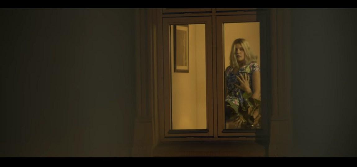 Sondre Lerche viser seg fra sin skitneste side i sin nye musikkvideo. Foto: YouTube/skjermdump