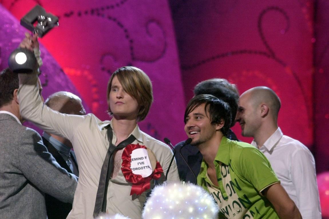 Röyksopp mottar prisen for beste musikkvideo under MTV EMA i 2002. Foto: AP/Denis Doyle