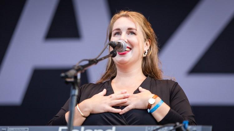 Alle følelsene. Marie Amdam og Razika takker for seg. Foto: Tom Øverlie, NRK P3