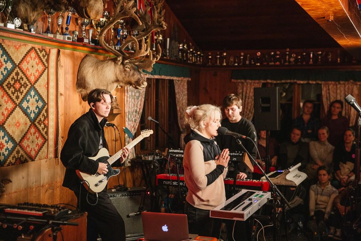 Bendik spilte hos Christine Live fra Ullevålseter. Foto: Jonathan Vivaas Kise