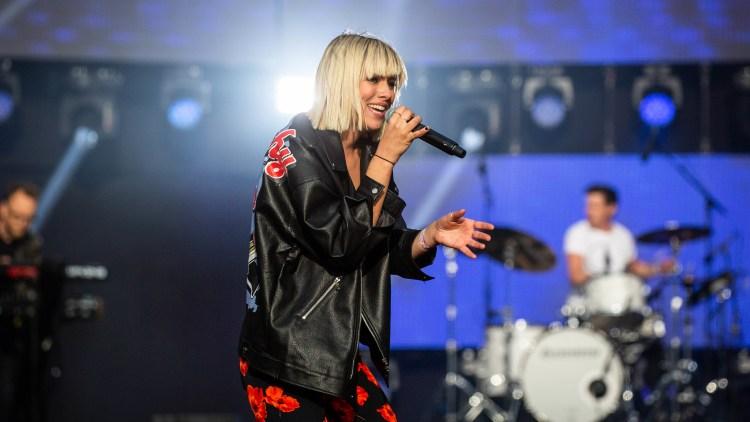 ETTERLENGTA DEBUTALBUM: Dagny forteller at det er kun låter fra de siste 18 månedene på det kommende albumet. Her på VG-lista på Rådhusplassen.  Foto: Tom Øverlie, NRK P3