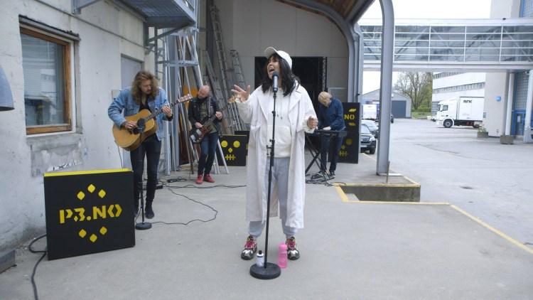 MER ENN OK: Popartisten fremførte ny musikk hos Christine. Foto: Karoline Finnema, NRK P3