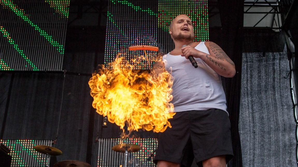 Et bilde av Staysman som griller pølser mens han synger