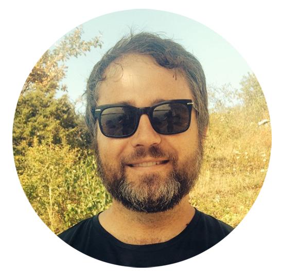 Claes har på seg solbriller, håret er kortklippt og han har grålige striper i det korte skjegget. Han har solbriller på.