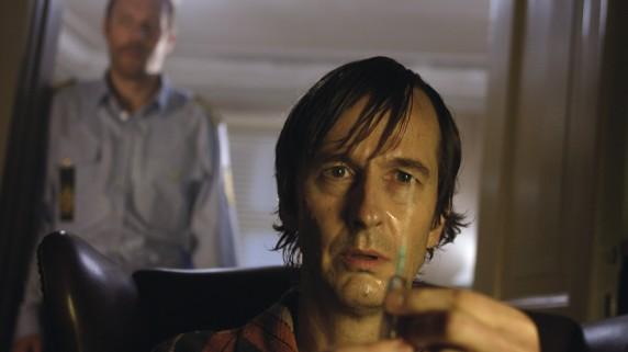 """Lars Brygmann som Dr. Zerleng i """"Fryktelig lykkelig"""" (Foto/Copyright: Nordisk Film)."""