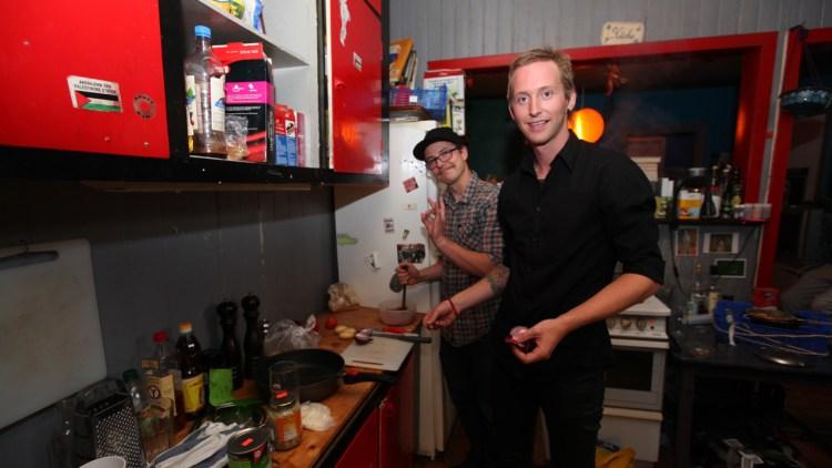 Mats fra 22 og Ludvig gjorde sitt beste for å lage noe godt i Norges verste hybel. (Foto: Maria Lindberg)
