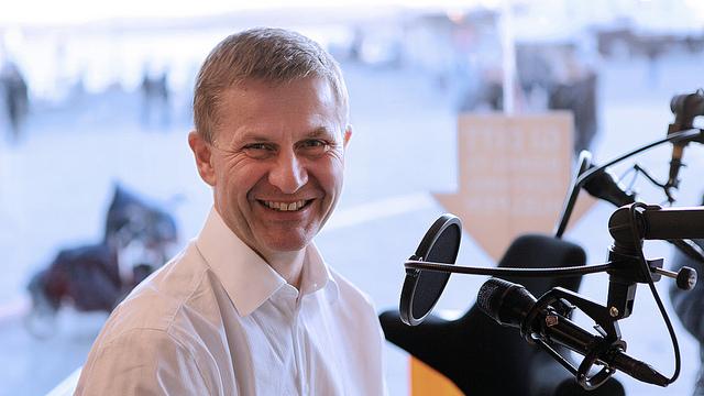 Erik Solheim besøkte P3aksjonen for å auksjonere bort jobben som assistent. (Foto: Mattis Folkestad, NRKP3)