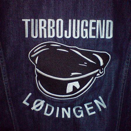 Turbojugend går med denimjakker med merker for ulike avdelinger. (Foto: Wikimedia Commons)