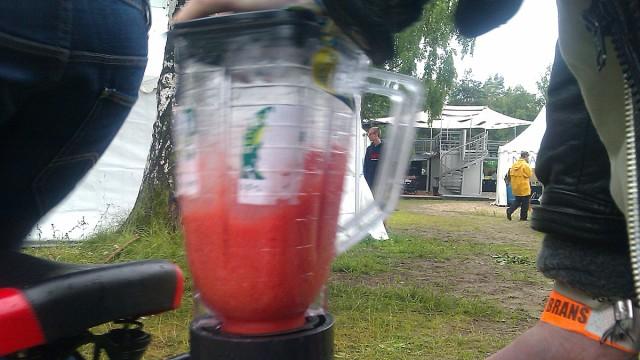 Pølse sykler smoothie så bananjuicen skvetter. (Foto: Brød)