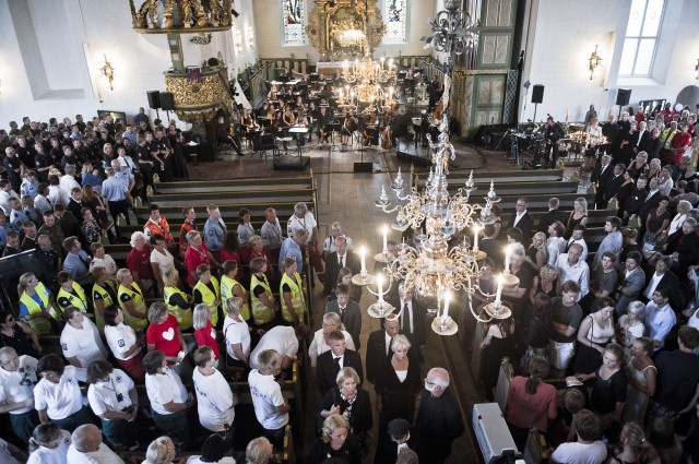 Både regjeringsmedlemmer, helsepersonell, pårørende og overlevende var tilstedet under minnekonserten i Oslo Domkirke lørdag. (Foto: Scanpix)