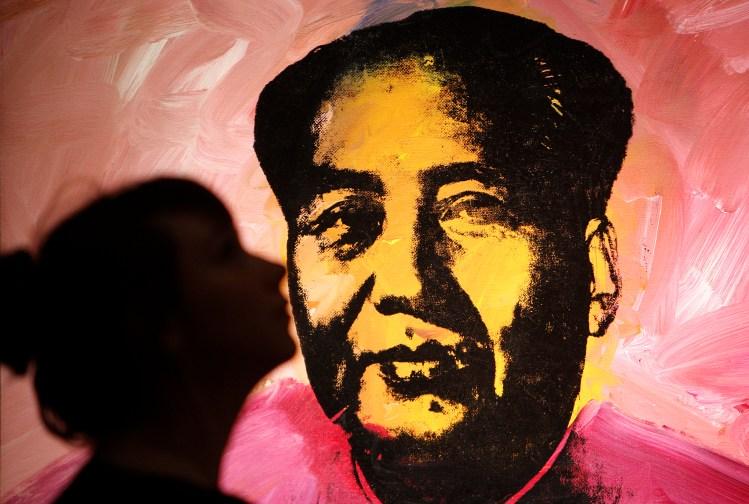 En silhuett kysser Andy Warhols berømte Mao (Foto: Scanpix)