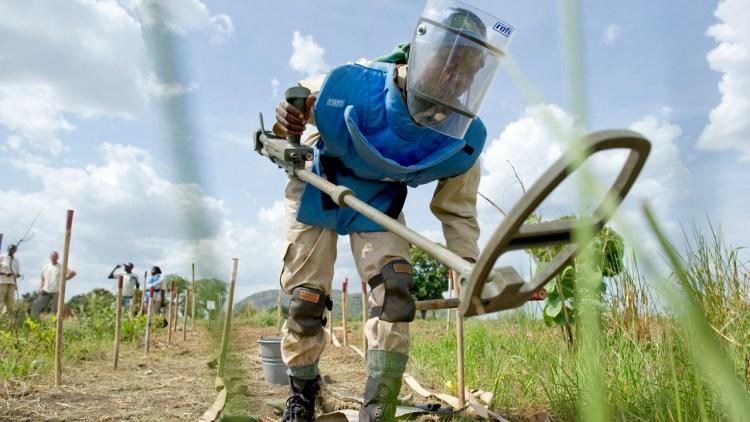 P3aksjonen samler inn penger for få flere slike i arbeid. Her er en minerydder i arbeid i Sudan (Foto: Werner Andersson/Norsk Folkehjelp)