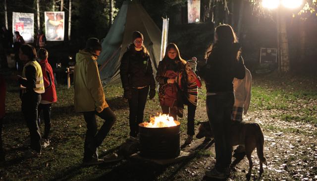 Folket varmet seg (Foto:NRK)