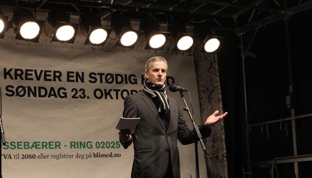 Jonas taler til folket (Foto: NRK)