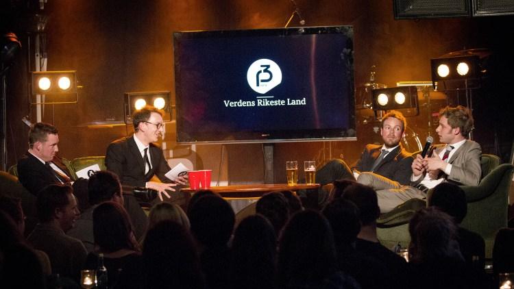 Mathias, Niklas, Snorre og Torbjørn på scena under showet til Verdens Rikeste Land. (Foto: Lars Haugdal Andersen, NRKP3)