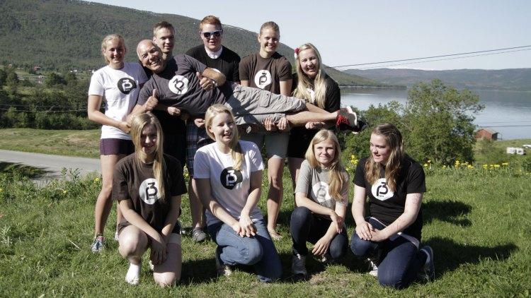 Nå skal Arne Kvaal og 10. klasse ved Kårvik skole til Oslo på Topp 20-konserten på Rådhusplassen. (Foto: Tommy Almenning, NRK P3).
