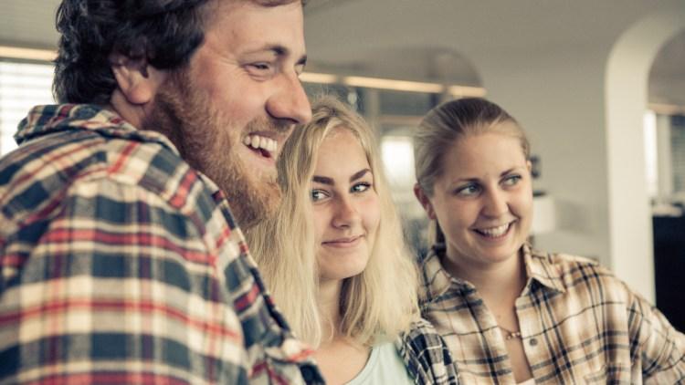 Tok bilde: Flere av elevene tok bilde sammen med P3morgen. Her poserer Kamilla Ronessen sammen med Silje og Ronny.