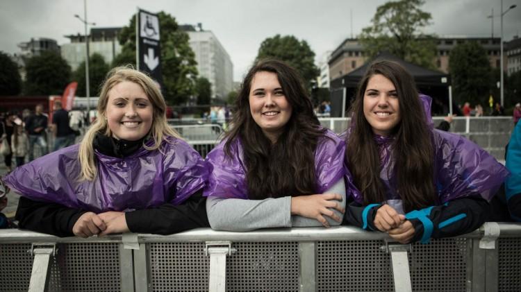 Emma, Viktoria og Vivian fikk møte DJ Broiler under VG-lista Topp 20-showet i Bergen. (Foto: Erlend Lånke Solbu / NRK P3).