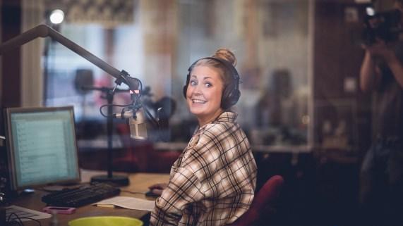 Silje klar for maratonsending i studio. Foto: Kim Erlandsen, NRK P3