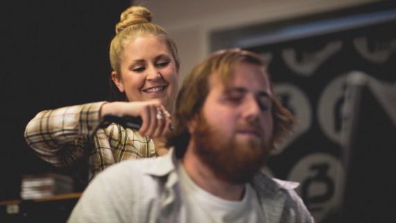 Silje bruker rettetang på håret til Ronny. Foto: Kim Erlandsen, NRK P3