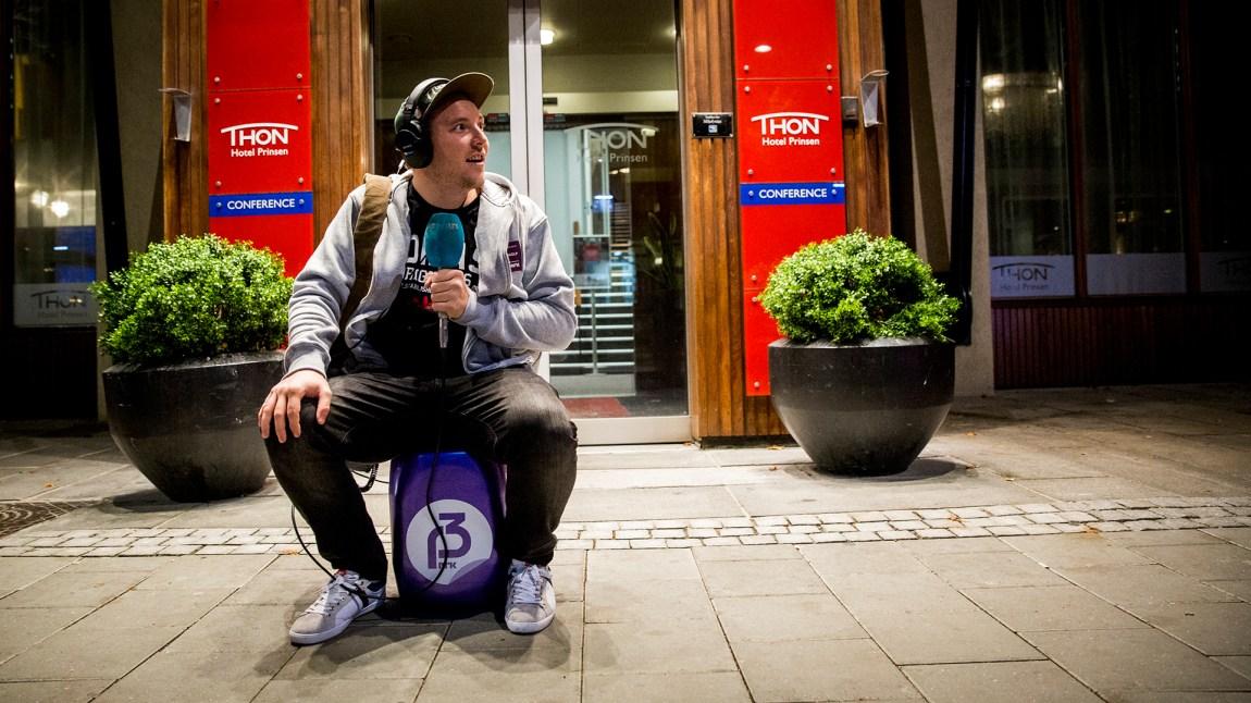 Niklas synes vanndunken er tung! Foto: Jonas Jeremiassen Tomter, NRK P3
