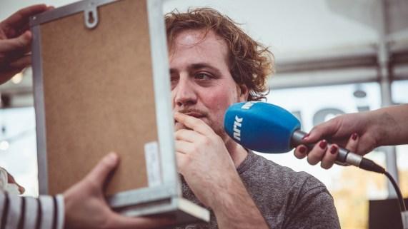 Ronny ser seg selv for første gang med Craigskjegg! Foto: Jonas Jeremiassen Tomter, NRK P3