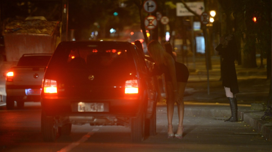 En prostituerte transpersoner på gaten i byen Belo Horizonte. (Foto: NTB Scanpix, Vanderlei Almeida)