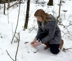 Katrine tenner et lys ved ulykkesstedet. (Foto: NRK)