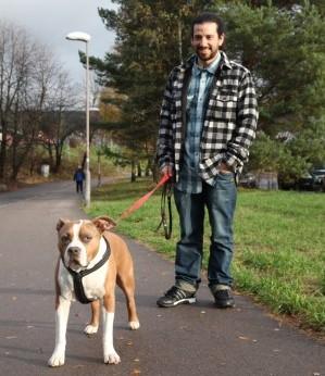I starten gikk Felipe tur med hunden Charlie sent på kvelden for å slippe å treffe folk. (Foto: NRK)