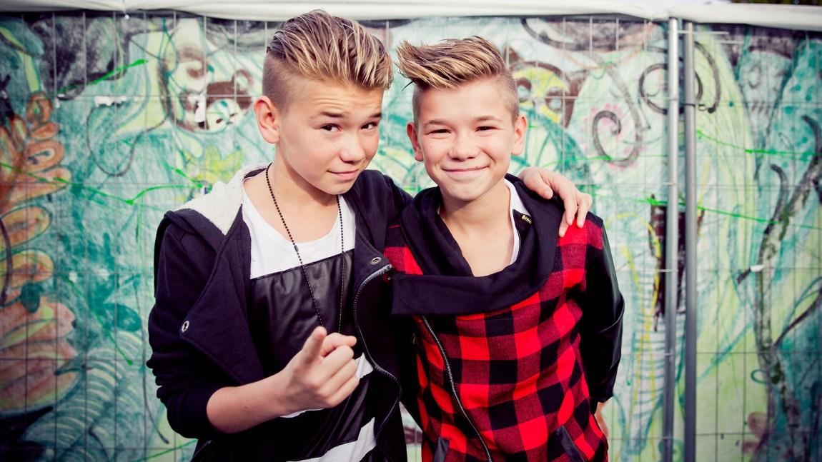 Marcus og Martinus poserer foran studioet til P3aksjonen. (Foto: Tom Øverlie, NRK)