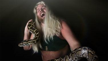 Ronny poserer med en tigerpyton, i Britney Spears-stil, til inntekt for regnskogen. (Foto: Kim Erlandsen, NRK P3).