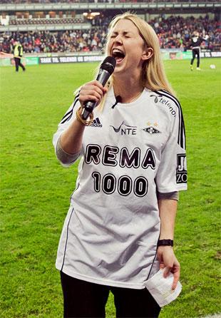Silje ga alt da hun sang RBK-sangen på Lerkendal. (Foto: Martin Aas, NRK)