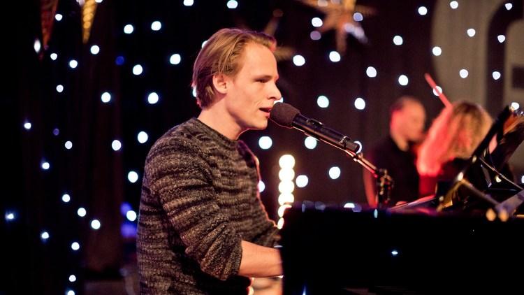 Sondre Justad kan både spille og synge samtidig. Perfekte forhold for en hyllest, med andre ord! Foto: Tom Øverlie, NRK P3