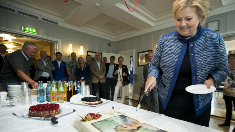 Erna Solberg har selvfølgelig blitt hyllet med kake. Se, så glad hun ble! Foto: NTB Scanpix