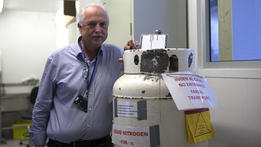 Professor Trygve Magne Eikevik - for anledningen av bildet ved siden av en tank nitrogen - tviler sterkt på at Ole Martins prosjekt er gjennomførbart. Foto: Line Orfjell, NRK P3