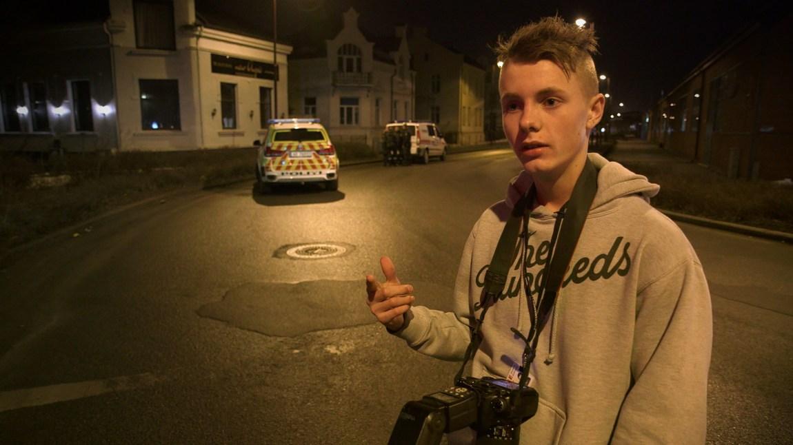 Kameraet er ein fast følgjesvenn for Theo når han er ute på blålysjakt  (FOTO: Ekkofilm).