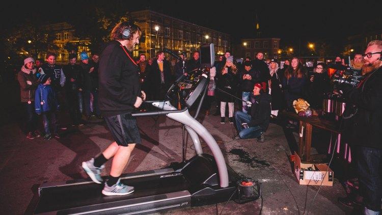 Ronny løp 17, 6 km. på Trondheim torg foran et feststemt publikum lørdag kveld. Foto: Rashid Akrim, NRKP3.