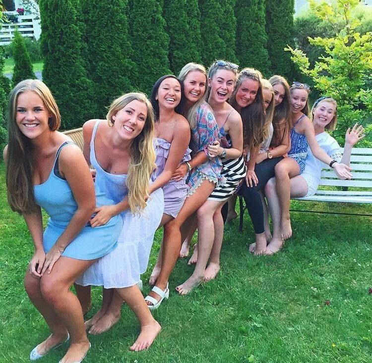 Den store jentegjengen på ti stykker tar med seg åtte ekstra, fremmede på nyttårsfeiringa i år. Melissa er blant dem. Foto: Privat.