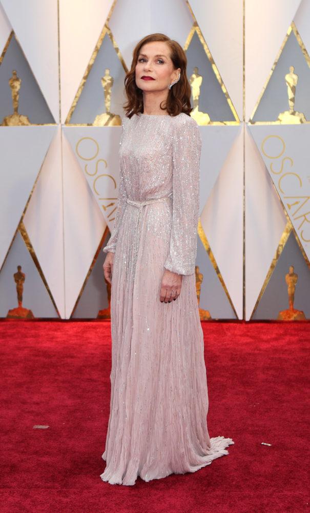Isabelle Huppert var kledd i en nydelig hvit kjole fra Armani. Mye ligger i detaljene, og svart neglelakk funker som en stilig kontrast til den lyse kjolen. Foto: REUTERS/NTB Scanpix