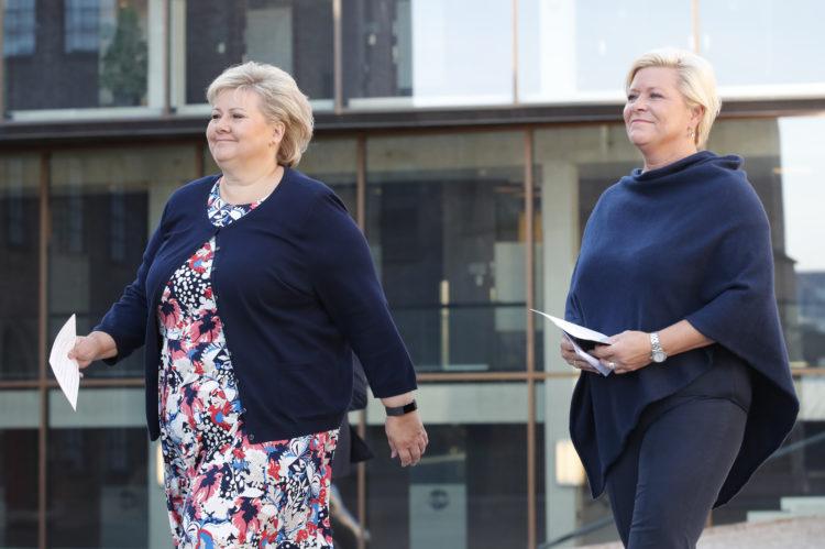 Oslo  20170823. Statsminister Erna Solberg (t.v.) og finansminister Siv Jensen møter pressen før regjeringens budsjettkonferanse onsdag morgen. Foto: Cornelius Poppe / NTB scanpix