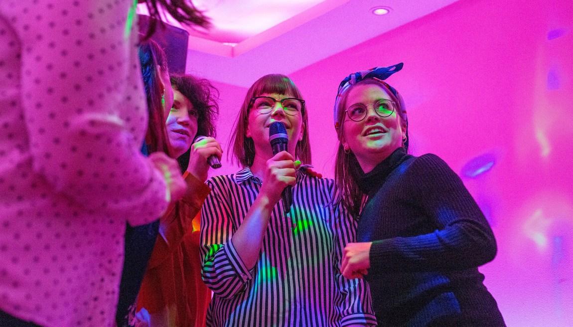 Cecilie med venninnene sine på karaokebaren Syng i Oslo. Foto: Xueqi Pang/NRK
