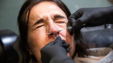 Adelina tryglet om å ikke bli piercet da hun så nålen som skulle stikkes gjennom nesen. Foto: Tom Øverlie