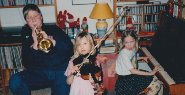 Søskenflokken på tre kunne gjerne finne på å spele saman i barndomen. (FOTO: PRIVAT)