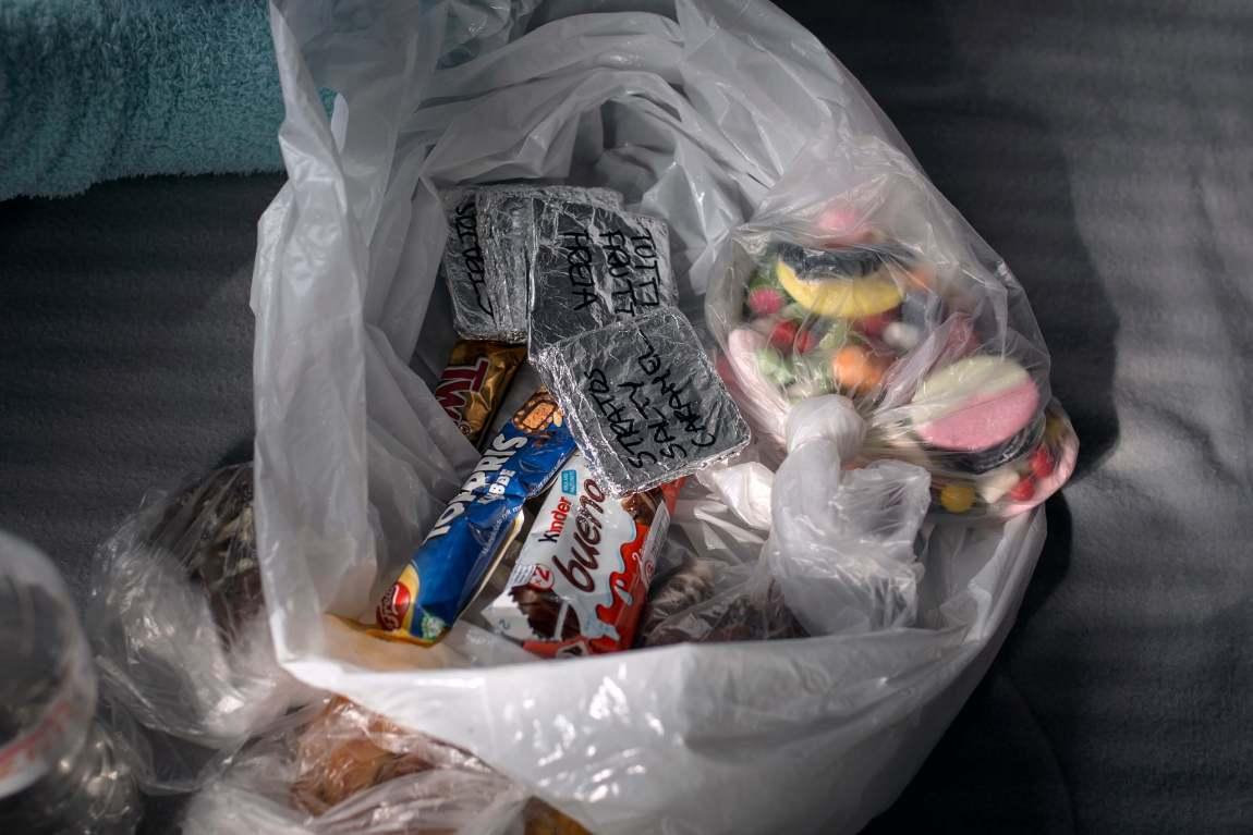En godteripose fylt med alt det Tonje skal spise etter konkurransen. Sjokolade innpakket i sølvpapir, Twix, Bueno og surt smågodt.