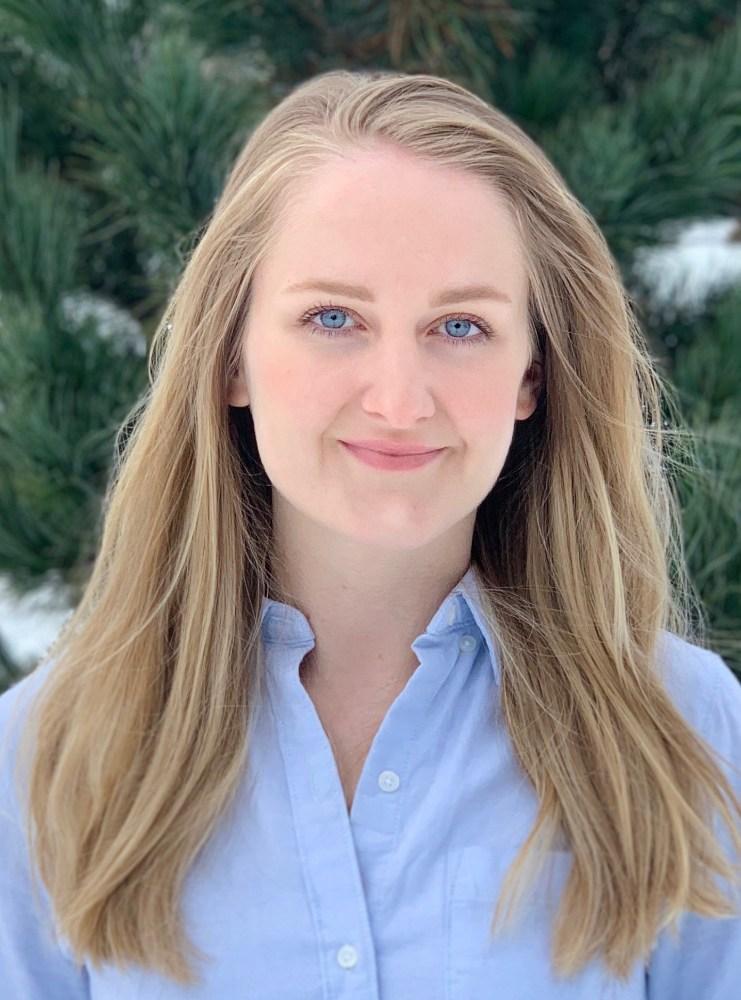 Bildet viser psykologspesialist Ingunn Ødegaard. Hun har blondt lyst hår ned til under skulderene, og har på seg en blå skjorte. Hun smiler.