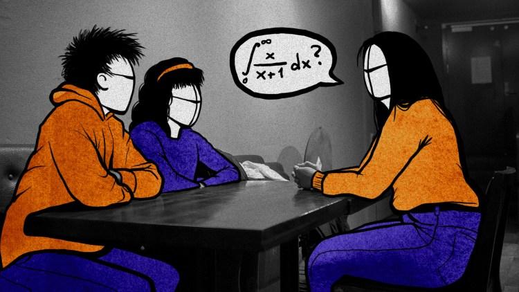 Illustrasjon: Her sitter tre studenter sammen og diskuterer eksamensoppgaver i plenum. Her spør ene studentene om svaret på en ligningsformel.